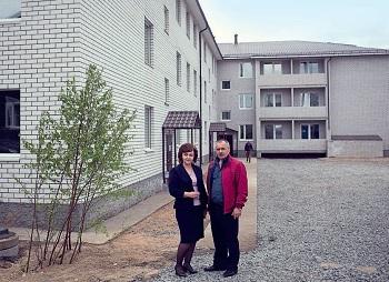 С одним из руководителей района Б.А. Капустинским у готового к заселению дома на Октябрьском, 7